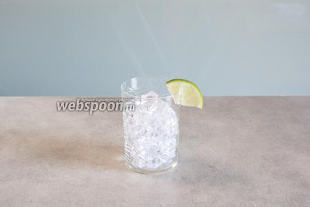 Заполняем стакан льдом. Можно уже насадить на бортик кусочек лайма.