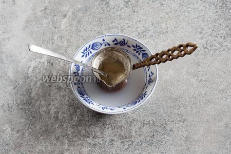 Растапливаем белый шоколад в водяной бане. Температура может быть и достаточно высокой, лишь бы не кипяток.