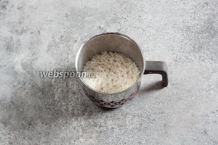 Рис отварить, согласно правилам его варки. С него нужно начинать, потому что времени это займёт больше всего.