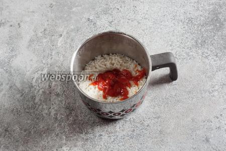 В готовый рис вмешиваем 1-2 столовых ложки кетчупа.