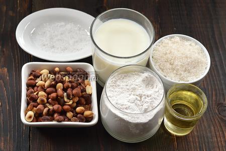 Для работы нам понадобится молоко, мука, яйца, подсолнечное масло, арахис, соль, сахар.