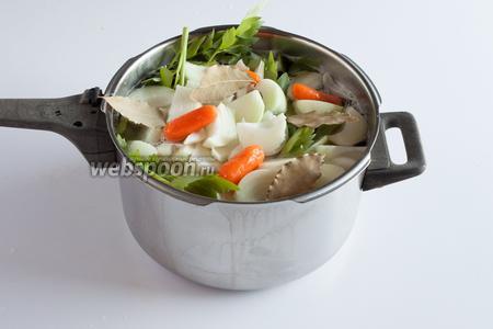 Кромсаем лук, морковь и стебли сельдерея на крупные куски, добавляем их к мясу и вину, вместе с лавровым листом, — и маринуем телятину на протяжении 12-24 часов, время от времени прожмакивая.