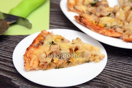 Пицца с курицей, укропом, вёшенками и кукурузой