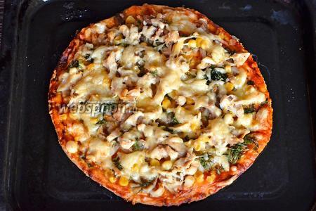 Запекаем в духовом шкафу пиццу при 180°С, в среднем 15-20 минут. После подаём на стол. Приятного аппетита!