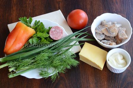 Для приготовления пиццы вам понадобится майонез, помидор, шампиньоны, сыр, укроп, зелёный лук, петрушка, перец болгарский, тесто слоёное бездрожжевое и колбаса.