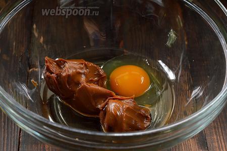 Соединить сгущённое молоко, 1 яйцо и подсолнечное масло. Взбить с помощью миксера.