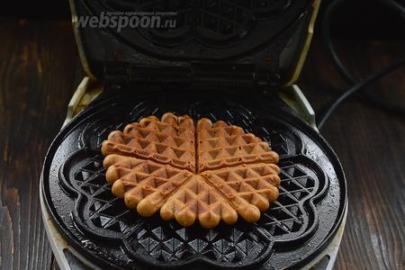 На разогретую вафельницу выкладывать 1 столовую ложку теста и выпекать до готовности. Карамельные вафли выпекаются очень быстро.