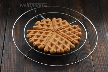 Охладить каждую вафлю отдельно, выкладывая её до  полного остывания на решётку.