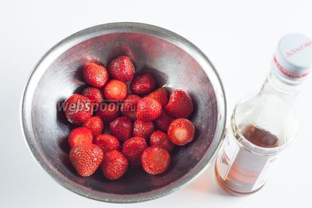 Откладываем примерно 1/2 клубники и покрываем её сиропом. Катаем ягоды, трясём их, можно поворошить руками — сироп должен распределиться как можно более равномерно.