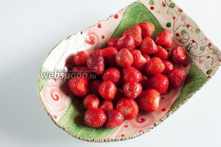 В ёмкость, в которой будет производиться сервировка, выкладываем и несладкие, и покрытые сиропом ягодки так, чтобы они лежали вразнобой, а не 2 группами.