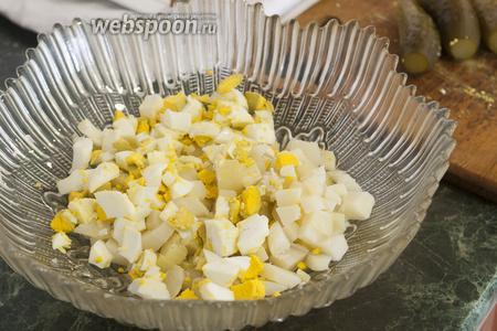 В салатнике смешаем кубики отварного картофеля и яйца.