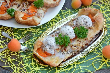 Слойки с абрикосами, орешками и мороженым