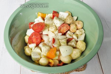 Картофель молодой почистим, а можно вымыть и готовить в шкурке. Добавим все овощи, нарезанные крупно. Чеснок просто раздавим ножом. Смесь солим, перчим, добавляем травы и вливаем оливковое масло, перемешиваем.