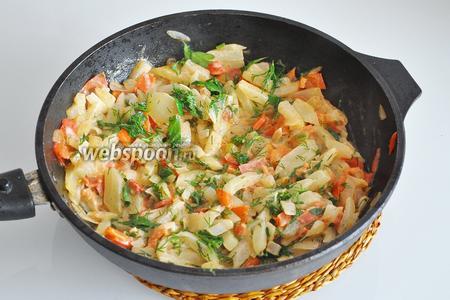 Овощи готовы, добавим зелень и снимем сковороду с огня.