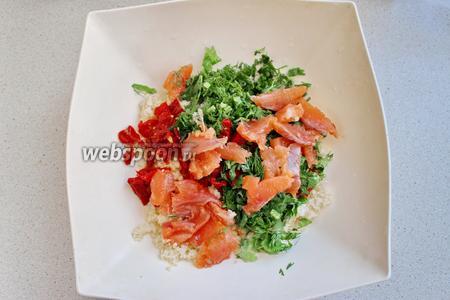 Добавим тыквенные семечки. По желанию салат можно посолить.