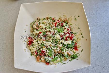 Заправляем салат маслом, можно добавить ещё немного лимонного сока. Хорошо перемешаем. Салат с булгуром и рыбой готов, можно подавать сразу.