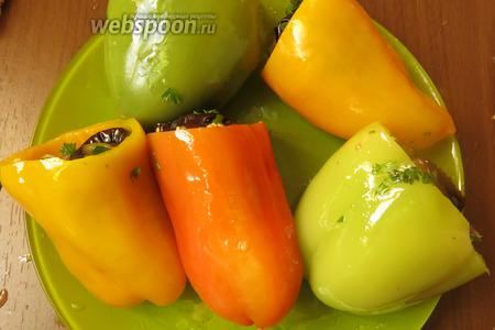 Предпочтительнее использовать разноцветные перцы, эффектнее.