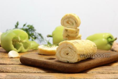 Яичный рулет с плавленым сыром и чесноком