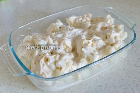 Полейте капусту сметаной с сыром.