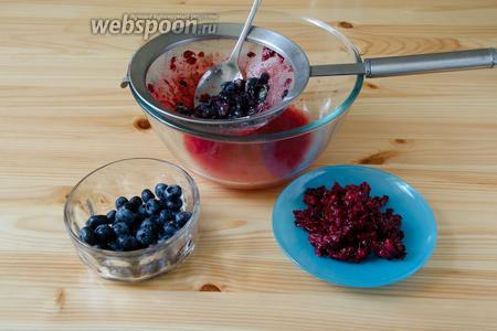 Перетираем ягоды через сито. Чтобы ускорить процесс, ягоды можно сначала перемолоть погружным блендером, а потом перетереть.