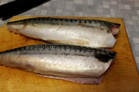 Рыбу выпотрошить и хорошо промыть, отрезать головы, хвостики и плавники.