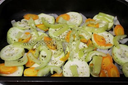 Овощи уложить на смазанный маслом противень, посолить, посыпать травами, перемешать и поставить в духовку на максимальный жар, минут на 10.