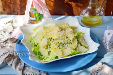 Салат из айсберга, груши и пармезана