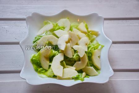 Сверху уложить груши. По желанию присолить, но всё зависит от сыра, если он слишком солёный, то солить салат дополнительно не требуется!