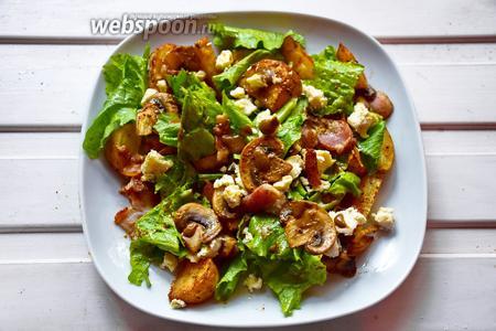 Сыр Дор Блю поломайте руками на небольшие кусочки и отправьте в салатницу, полейте оставшейся заправкой. Приятного аппетита!