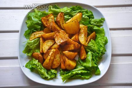 На вымытые и высушенные листья салата укладываем картофель.