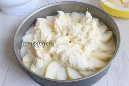И последний — крем. Для этого смешаем масло, яйцо, сахар и цедру лимона. Взбиваем это всё хорошо. И добавим взбитые сливки и муку. Всё это выкладываем на яблоки.