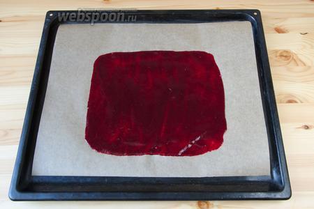 Готовое пюре выкладываем на пергамент и разравниваем. Отправляем сушиться в духовку при температуре 80°С, до готовности. В зависимости от толщины слоя, пастила может сушиться от 2 до 6 часов. Когда пастила будет готова, она будет легко отставать от пергамента.