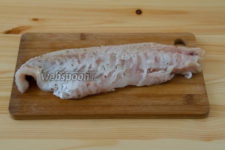 Тушку морского окуня моем и разделываем на филе. Удаляем кости, кожу, солим и перчим. Посыпаем специями и сбрызгиваем соком лимона. Режем на необходимое количество порций.