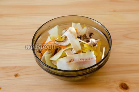 Овощи и грибы складываем в глубокую посуду и солим по вкусу.