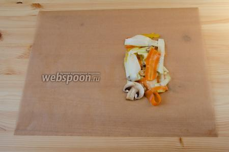 Отрезаем прямоугольный кусок пергамента. На правую сторону выкладываем часть овощей.