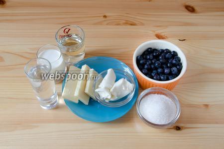 Так как крему необходимо некоторое время для охлаждения, то сначала мы делаем крем для рулета и сироп для пропитки. Для этого нам понадобятся белый шоколад, Маскарпоне, сливки, голубика, а также сахар, вода и белый ром.