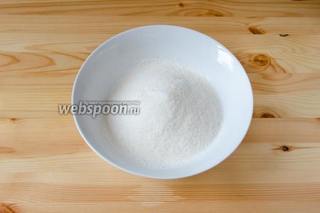 Теперь займёмся бисквитом. Для этого муку просеиваем вместе с разрыхлителем. Добавляем туда сахар и соль.