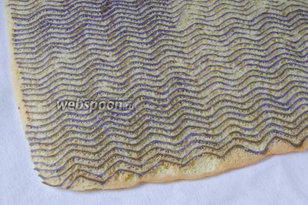 Готовый бисквит достаём из духовки и выкладываем на полотенце. Аккуратно снимаем пергамент.