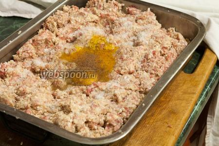 Теперь очередь куриных яиц, соли и перца.