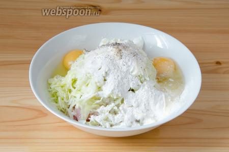 Соединяем куриное филе, репчатый лук и кабачок в глубокой посуде. Туда же добавляем яйца, сметану и муку. Солим и перчим по вкусу.