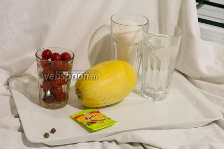 Нам понадобится спелый кабачок, красная алыча, сахар, вода, ваниль и душистый перец, чтобы приготовить непривычный компот.
