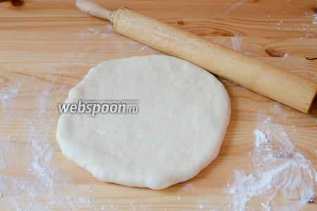 С помощью скалки раскатываем шар с начинкой в тонкую лепёшку. Лучше при этом не спешить, чтобы тесто нигде не порвалось.