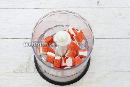 Для начала приготовьте крабовую пасту. Используйте только качественные крабовые палочки. Нарежьте небольшими кусочками и поместите в чашу блендера.