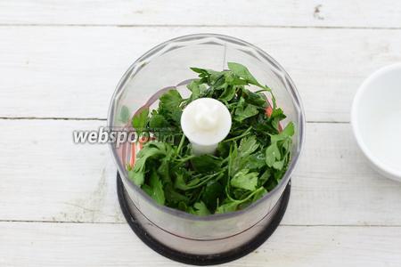 Оборвите листочки петрушки, промойте и обсушите. Добавьте к палочкам. Налейте подсолнечное масло. Измельчите до состояния пасты. Приправьте солью и молотым чёрным перцем.