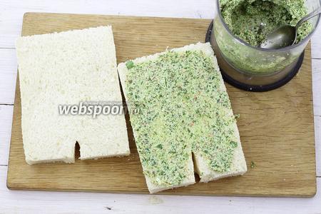 Ложкой положите пасту на хлеб и хорошо разровняйте ножом, чтобы паста заполнила все хлебные поры. Сделайте такую процедуру с обеих сторон.