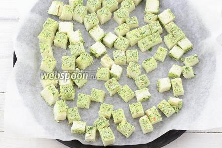 Форму для запекания застелите пергаментной бумагой. Уложите ломтики хлеба. Отправьте в горячую духовку (190-200°С) на 15-25 минут. Через некоторое время сухарики можно перевернуть. Подсушите до лёгкого хруста.