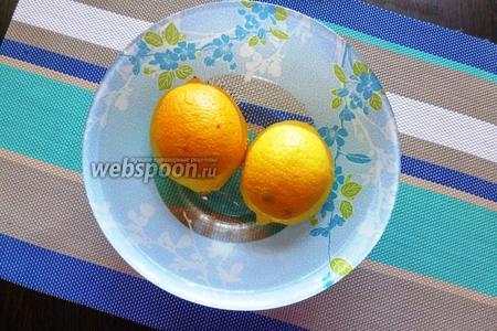 Лимоны моем, заливаем кипятком и дадим полежать в нём 3-5 минут.