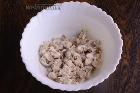 Все ингредиенты я заранее подготовила. Куриное филе, картофель, яйца и морковь отварила. В глубокую ёмкость высыпаю нарезанное филе.