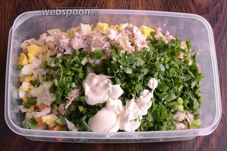 Затем заправляю салат майонезом, солить нужно по вкусу. Я же не солила, так как майонез и так солёный.