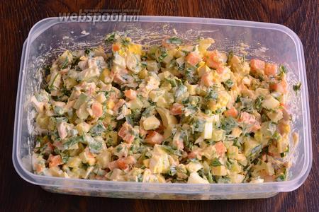 Перемешиваю салат как следует.